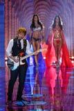 LONDON, ENGLAND - 2. DEZEMBER: Ed Sheeran führt an der Rollbahn an der jährlichen Victoria's Secret-Modeschau durch Stockfotografie
