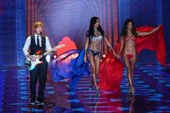 LONDON, ENGLAND - 2. DEZEMBER: Ed Sheeran führt an der Rollbahn an der jährlichen Victoria's Secret-Modeschau durch Stockbild
