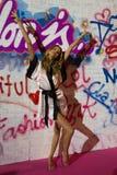 LONDON, ENGLAND - 2. DEZEMBER: Vorbildliche Behati Prinsloo-Bühne hinter dem Vorhang an der jährlichen Victoria's Secret-Modescha Lizenzfreie Stockfotos