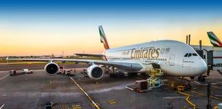 London England - 05 05 2018: En toppen emiratflygbuss A380-800 Arkivfoton