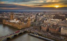 London, England - flyg- horisontsikt av Big Ben och hus av parlamentet, Westminster bro med röda bussar för dubbel däckare arkivfoton