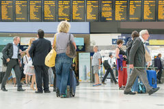 London, England, Großbritannien - 31. August 2016: Frau überprüft die Zugabfahrtbretter stockfotografie