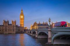 London, England - ikonenhafte Big Ben mit Parlamentsgebäuden und traditionellem rotem Doppeldeckerbus stockfotografie