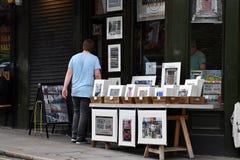 LONDON ENGLAND - JULI 15 2017 - färgrik marknadsplats för portobelloväglondon gata Royaltyfri Fotografi
