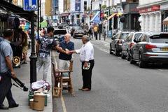 LONDON ENGLAND - JULI 15 2017 - färgrik marknadsplats för portobelloväglondon gata Royaltyfria Bilder