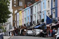 LONDON ENGLAND - JULI 15 2017 - färgrik marknadsplats för portobelloväglondon gata Arkivbilder