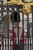 London England - Juni 01, 2015: Brittiska kungliga vakter utför th Arkivfoton