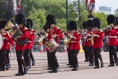 London England - Juni 01, 2015: Brittiska kungliga vakter utför th Royaltyfri Foto