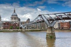 LONDON ENGLAND - JUNI 15 2016: Bro för domkyrka och för millenium för St Paul ` s, London, England Royaltyfri Fotografi