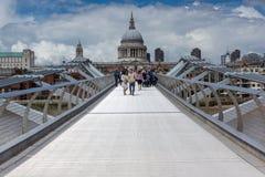 LONDON ENGLAND - JUNI 15 2016: Bro för domkyrka och för millenium för St Paul ` s, London, England Royaltyfri Bild