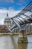 LONDON ENGLAND - JUNI 15 2016: Bro för domkyrka och för millenium för St Paul ` s, London, England Arkivfoto