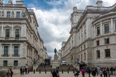 LONDON, ENGLAND - 17. JUNI 2016: Churchill Kriegszimmer und Robert Clive Memorial gesehen von Straße Königs Charles in London, GR Lizenzfreie Stockbilder