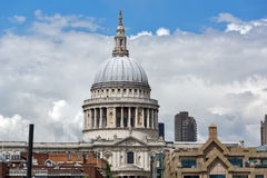LONDON ENGLAND - JUNI 15 2016: Fantastisk sikt av St Paul Cathedral i London Arkivfoto