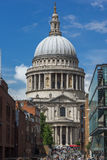 LONDON ENGLAND - JUNI 15 2016: Fantastisk sikt av St Paul Cathedral i London, England Arkivfoton