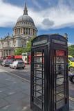 LONDON ENGLAND - JUNI 15 2016: Fantastisk sikt av St Paul Cathedral i London, England Royaltyfria Bilder