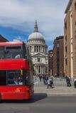 LONDON ENGLAND - JUNI 15 2016: Fantastisk sikt av St Paul Cathedral i London, England Royaltyfri Fotografi