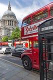 LONDON ENGLAND - JUNI 15 2016: Fantastisk sikt av St Paul Cathedral i London, England Fotografering för Bildbyråer