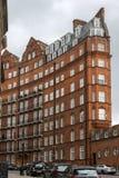 London England - Juni 18 2016: Fantastisk sikt av typisk engelsk byggnad, London Arkivfoton