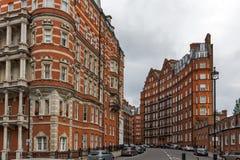 London England - Juni 18 2016: Fantastisk sikt av typisk engelsk byggnad, London Royaltyfri Bild