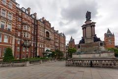 London England - Juni 18 2016: Fantastisk sikt av typisk engelsk byggnad, London Fotografering för Bildbyråer