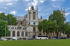 LONDON ENGLAND - JUNI 15 2016: Klocka torn av kyrkan av St Peter på Westminster, London, Storbritannien Arkivbilder