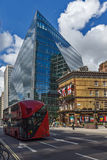 LONDON ENGLAND - JUNI 15 2016: Modern affärsbyggnad i stad av London, England Royaltyfri Foto