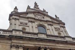 LONDON ENGLAND - JUNI 18 2016: Morgonsikt av Victoria och Albert Museum, London Royaltyfria Foton