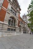 LONDON ENGLAND - JUNI 18 2016: Morgonsikt av Victoria och Albert Museum, London Royaltyfri Bild