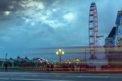 LONDON, ENGLAND - 16. JUNI 2016: Nachtfoto des London-Auges und -County-Halle von Westminster-Brücke, London, England Stockbilder