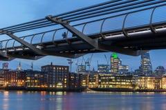 LONDON, ENGLAND - 17. JUNI 2016: Nachtfoto von der Themse und von Jahrtausend-Brücke, London Stockbilder