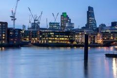 London, England - 17. Juni 2016: Nachtfoto von der Themse und von Wolkenkratzern, London Lizenzfreies Stockfoto