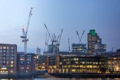 London, England - 17. Juni 2016: Nachtfoto von der Themse und von Wolkenkratzern, London Stockbilder