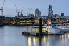 London, England - 17. Juni 2016: Nachtfoto von der Themse und von Wolkenkratzern, London Lizenzfreie Stockfotos