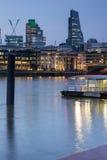 London, England - 17. Juni 2016: Nachtfoto von der Themse und von Wolkenkratzern, London Stockfotos