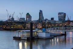 London, England - 17. Juni 2016: Nachtfoto von der Themse und von Wolkenkratzern, London Stockfoto