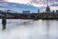LONDON, ENGLAND - 17. JUNI 2016: Nachtfoto von der Themse, von Jahrtausend-Brücke und von St. Paul Cathedral, London Lizenzfreie Stockfotos