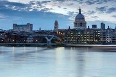 LONDON, ENGLAND - 17. JUNI 2016: Nachtfoto von der Themse, von Jahrtausend-Brücke und von St. Paul Cathedral, London Stockfoto
