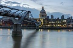 LONDON, ENGLAND - 17. JUNI 2016: Nachtfoto von der Themse, von Jahrtausend-Brücke und von St. Paul Cathedral, London Lizenzfreie Stockbilder
