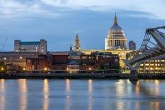 LONDON, ENGLAND - 17. JUNI 2016: Nachtfoto von der Themse, von Jahrtausend-Brücke und von St. Paul Cathedral, London Lizenzfreies Stockbild