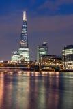 London, England - 17. Juni 2016: Nachtpanorama von Southwark-Brücke, von Scherbewolkenkratzer und von Themse, London Lizenzfreie Stockbilder