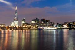 London, England - 17. Juni 2016: Nachtpanorama von Southwark-Brücke, von Scherbewolkenkratzer und von Themse, London Stockfoto