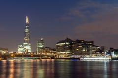 London, England - 17. Juni 2016: Nachtpanorama von Southwark-Brücke, von Scherbewolkenkratzer und von Themse, London Lizenzfreie Stockfotografie