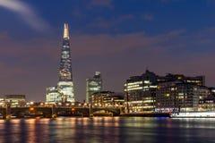 London, England - 17. Juni 2016: Nachtpanorama von Southwark-Brücke, von Scherbewolkenkratzer und von Themse, London Lizenzfreies Stockbild