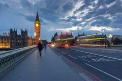 LONDON ENGLAND - JUNI 16 2016: Nattfoto av hus av parlamentet med Big Ben från den Westminster bron, England, stort B Arkivfoton
