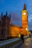 LONDON ENGLAND - JUNI 16 2016: Nattfoto av hus av parlamentet med Big Ben från den Westminster bron, London, stort B Arkivbilder