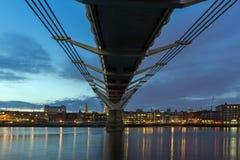 LONDON ENGLAND - JUNI 18 2016: Nattfoto av milleniumbron, Thames River och St Paul Cathedral, London Royaltyfria Foton