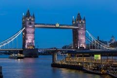 LONDON ENGLAND - JUNI 15 2016: Nattfoto av tornbron i London, England Royaltyfria Bilder