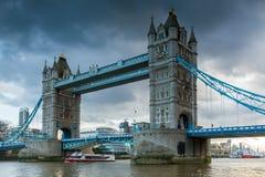 LONDON ENGLAND - JUNI 15 2016: Nattsikt av tornbron i London i den sena eftermiddagen, Förenade kungariket Royaltyfria Bilder