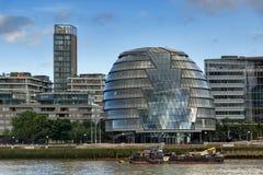 LONDON ENGLAND - JUNI 15 2016: Nattsiktsstadshus i stad av London från Thames River, England Arkivfoton