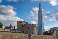LONDON ENGLAND - JUNI 15 2016: Panorama med tornet av London och skärvan, London, England Arkivfoton
